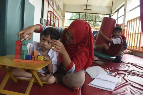 Dua anak berkebutuhan khusus menjalani terapi di Sekolah