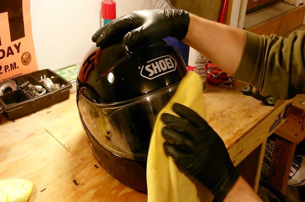 Bersihkan kaca helm, bisa menggunakan sabun pencuci piring. Dok Medcom