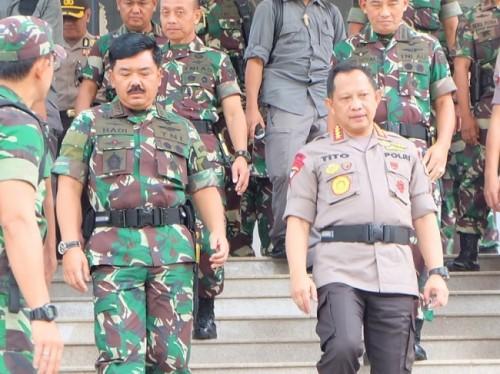 Panglima TNI Marsekal Hadi Tjahjanto (kiri) dan Kapolri Jenderal