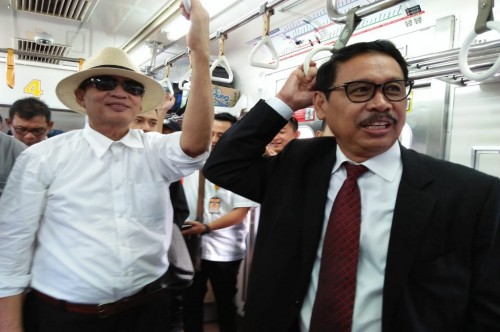 Gubernur Banten Wahidin Halim kiri menaiki kereta rel listrik