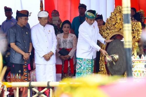 Presiden Joko Widodo membuka pawai pembukaan Pesta Kesenian Bali
