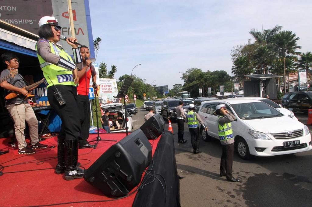 Polisi Hibur Pengguna Jalan Jalur Puncak