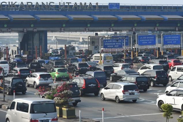 Sejumlah kendaraan memadati Gerbang Tol Cikarang Utama di Bekasi, Jawa Barat, Sabtu (9/6). ANTARA FOTO/Hafidz Mubarak A.