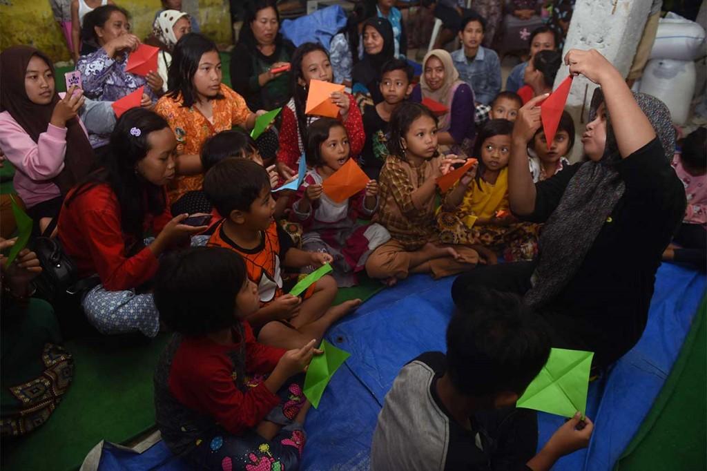 Relawan Hibur Anak Pengungsi Banjir Banyuwangi