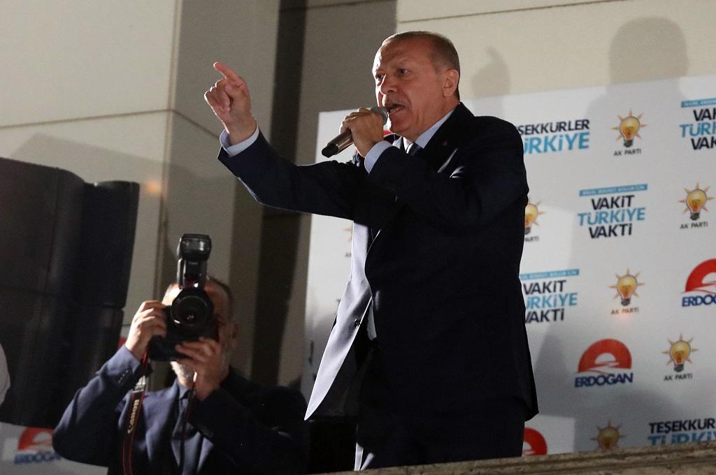 Presiden Recep Tayyip Erdogan memberikan pidato kemenangan di Ankara, Turki, 25 Juni 2018. (Foto: AFP/ADEM ALTAN)
