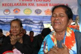 Doa Keluarga Penumpang KM Sinar Bangun