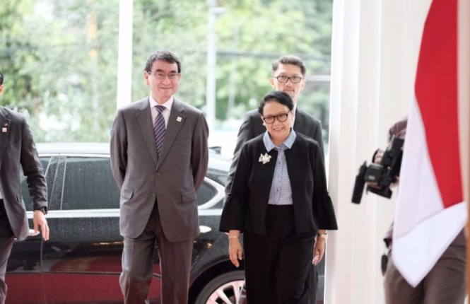 Japanese Foreign Minister Taro Kono with Foreign Minister Retno Marsudi (Photo: MOFA).