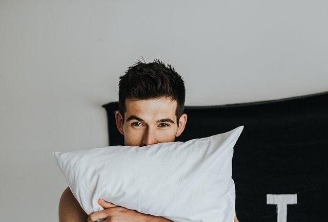 Menurut sebuah studi, jika Anda ingin mendapatkan istirahat yang berkualitas, maka jangan memainkan gadget lebih dari jam 10 malam. (Foto: Demetrius Washington/Unsplash.com)