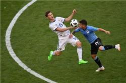 Babak I: Uruguay Unggul atas 10 Pemain Rusia
