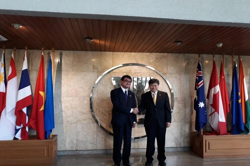 Menlu Taro Kono (kiri) berjabat tangan dengan Sekjen ASEAN Lim Jock Hoi di Jakarta, 26 Juni 2018. (Foto: Marcheilla Ariesta)