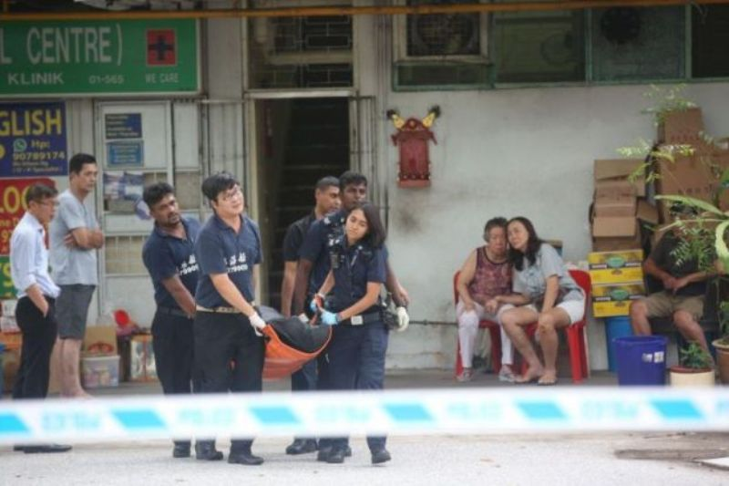 Jasad pemilik toko roti dibawa oleh pihak berwenang (Foto: The Straits Times).