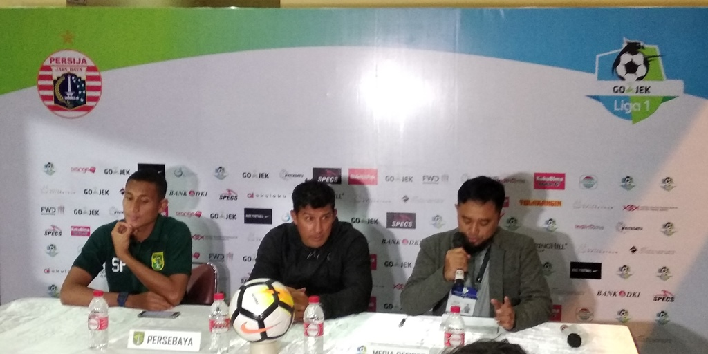Pelatih Persebaya Angel Alfredo Vera (tengah). (Foto: medcom.id/Rendy Renuki)