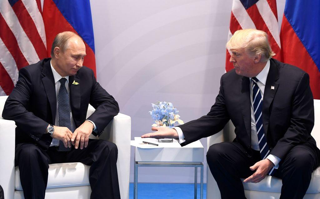 Presiden Rusia Vladimir Putin (kiri) dan Presiden AS Donald Trump saat bertemu di KTT G20 Hamburg, Jerman, 2017. (Foto: AFP)