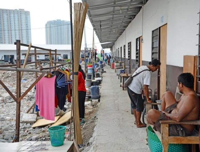 Warga bersantai di shelter yang dibangun Pemprov DKI Jakarta di Kampung Akuarium, Penjaringan, Jakarta Utara, Minggu (15/4/2018). Foto: MI/M Irfan