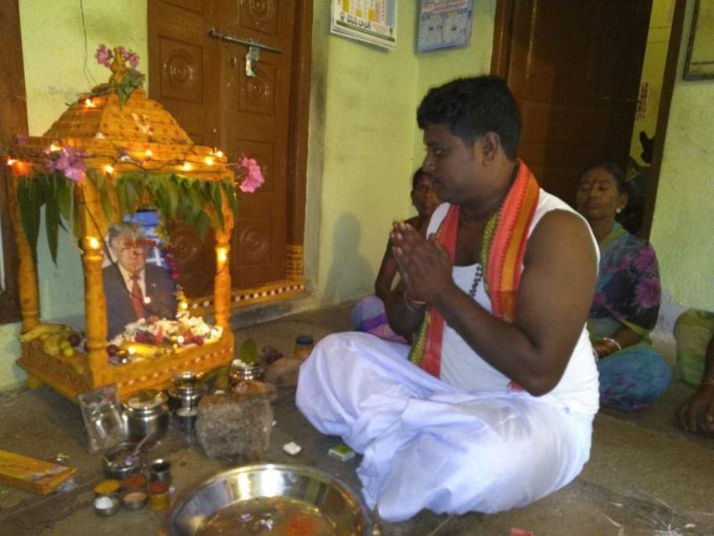 Bussa Krishna sembah Presiden AS Donald Trump. (Foto: Facebook).