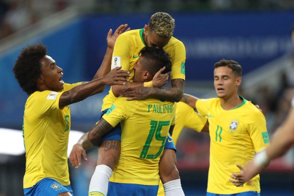 Para penggawa Brasil merayakan gol Paulinho ke gawang Serbia (Twitter/CBF_Futebol)
