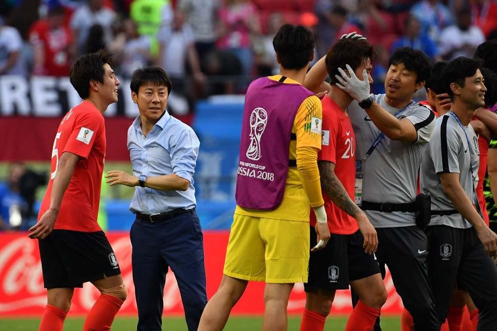 Shin Tae-Yong (kedua kiri) menghampiri para pemain Korea Selatan (Foto: AFP/ Saeed Khan)