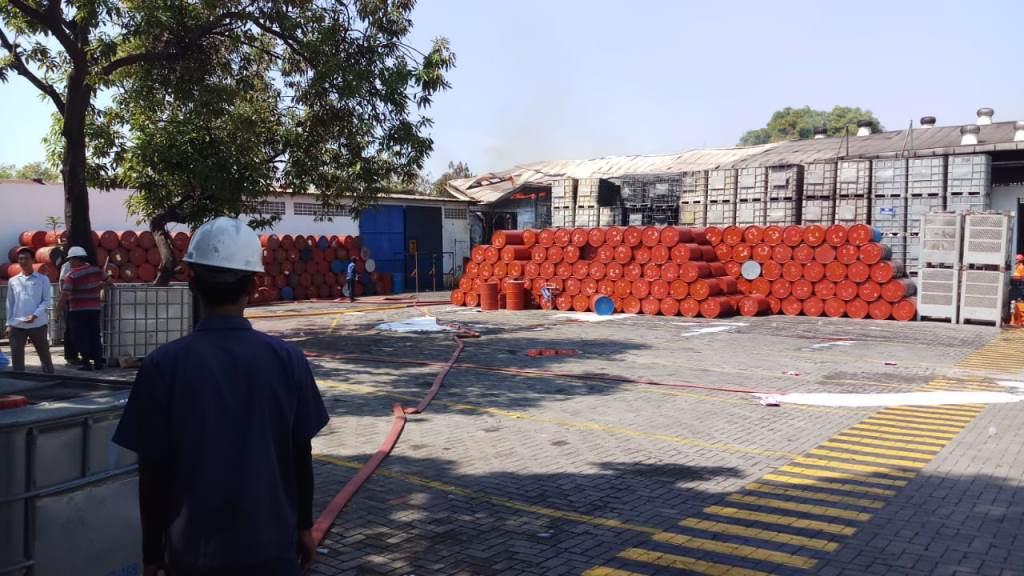 Kebakaran di gudang bahan kimia di Sidoarjo. (Foto: S Hadi)