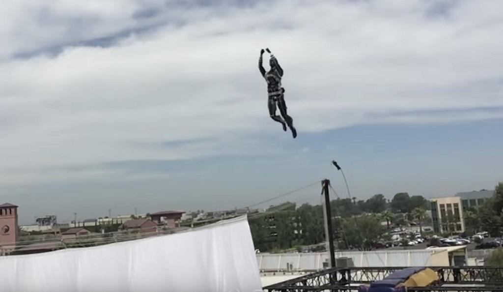 Robot Stuntronics Disney saat melakukan atraksi akrobatik di udara.