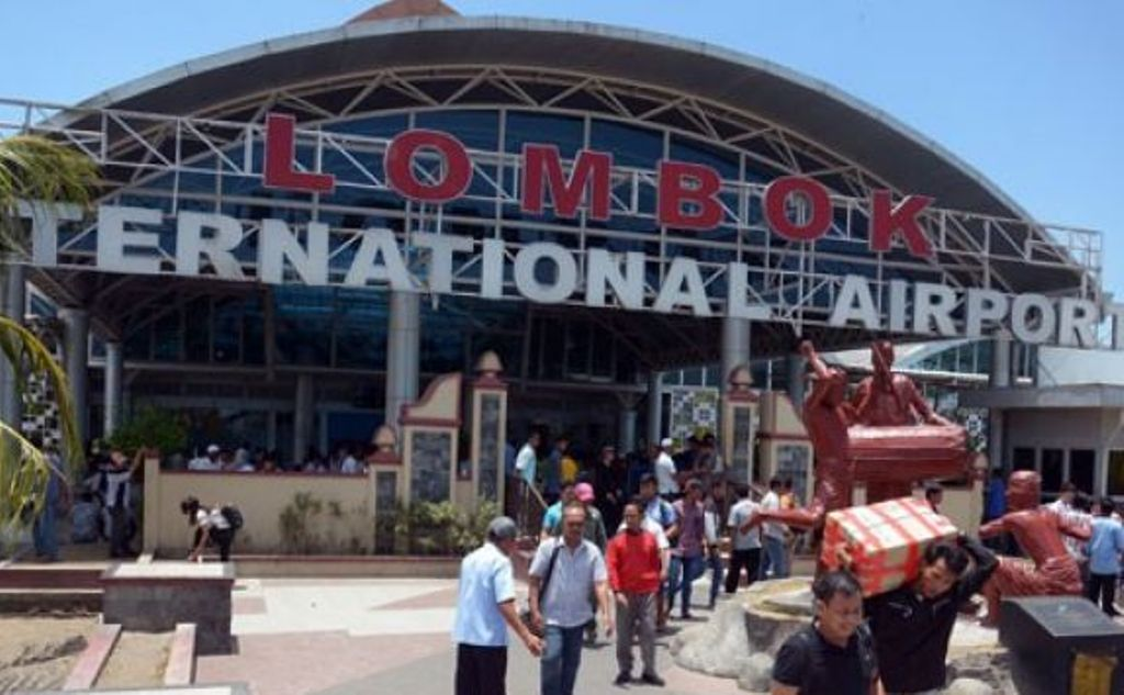 Sejumlah penumpang tiba di Bandara Internasional Lombok, Nusa Tenggara Barat (ANTARA FOTO/Wira Suryantala)