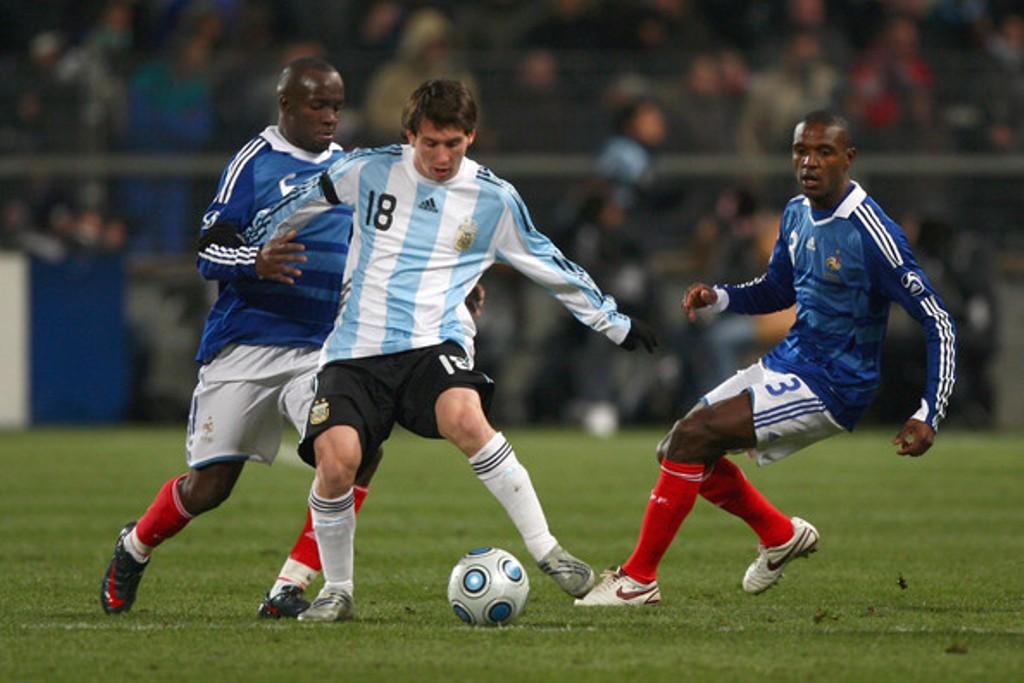 Pertemuan Prancis vs Argentina pada 2009 di Stade Velodrome, Marseille. Lionel Messi (tengah) dan Eric Abidal (kanan), serta Lassanan Diara (kiri). (Foto: zimbio.com)