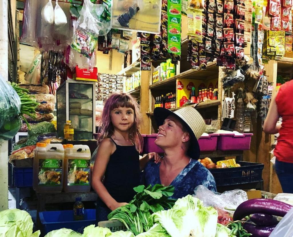Pink dan anaknya tampak berada di pasar tradisional Indonesia (Foto: instagram)