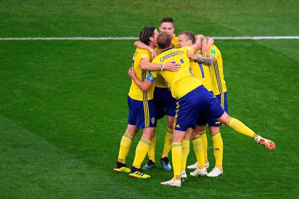 Para pemain Swedia saat merayakan lolos ke fase 16 besar (Foto: AFP PHOTO / JORGE GUERRERO)