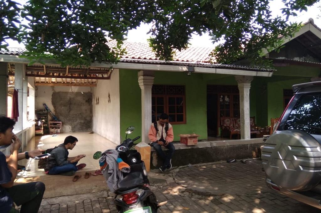 Suasana di rumah Robiatul Adawiyah, guru yang dipecat dari sekolahnya di Bekasi, Sabtu, 30 Juni 2018, Medcom.id - Antonio