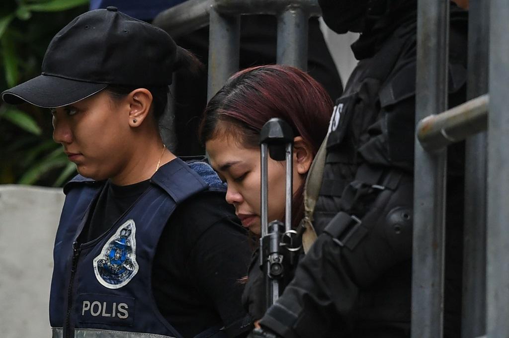 Siti Aisyah digiring polisi setelah didakwa pasal pembunuhan di sebuah pengadilan di Sepang, Malaysia, 1 Maret 2017. (Foto: AFP/MOHD RASFAN)