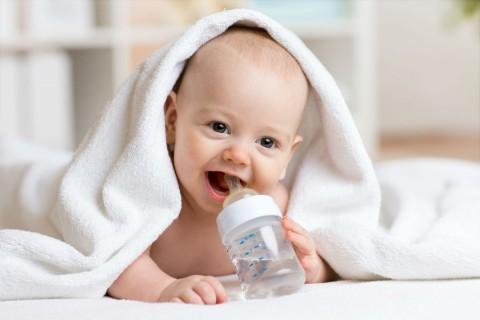 Ini Alasan Kenapa Bayi Sebaiknya Tidak Diberi Air Putih