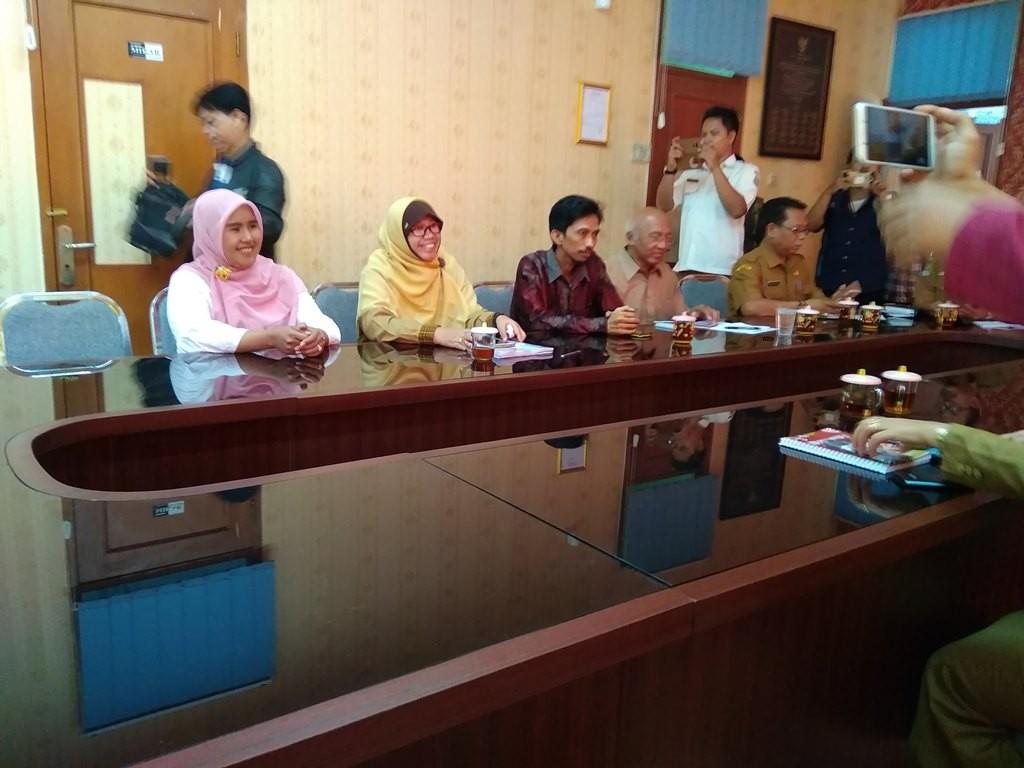 Suasana di Ruang Rapat Dinas Pendidikan Kota Bekasi sebelum pertemuan antara pihak sekolah dan guru yang dipecat dimulai. Antonio/Medcom.id