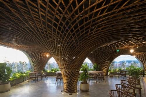 Jalinan bambu menyembunyikan tiang-tiang beton penopang atap