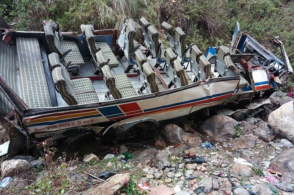 Bus yang hancur usai jatuh ke jurang di Uttarakhand, India, 1 Juli 2018. (Foto: AFP/State Disaster Response Found)