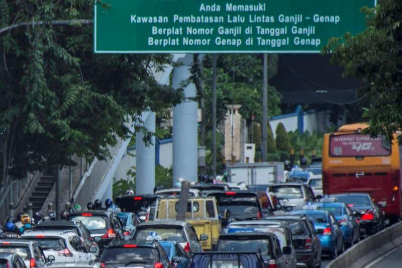 Kendaraan terjebak kemacetan di ruas jalan Jenderal Gatot Subroto kawasan Semanggi, Jakarta. (Foto: ANTARA/Aprillio Akbar)