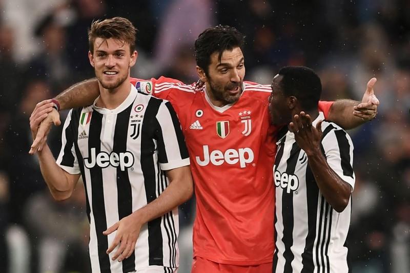 Kwadwo Asamoah (kanan) akan berseragam Inter Milan hingga 2021 mendatang. (Foto: AFP PHOTO / MARCO BERTORELLO)