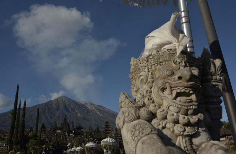 Aktivitas Gunung Agung dari kawasan Besakih, Karangasem, Bali. (ANT/Fikri Yusuf)