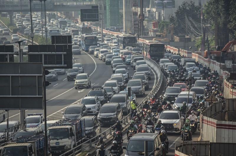 Suasana kepadatan arus lalu lintas pada hari pertama uji coba perluasan kawasan ganjil genap di Jalan Gatot Subroto, Jakarta, Senin (2/7).