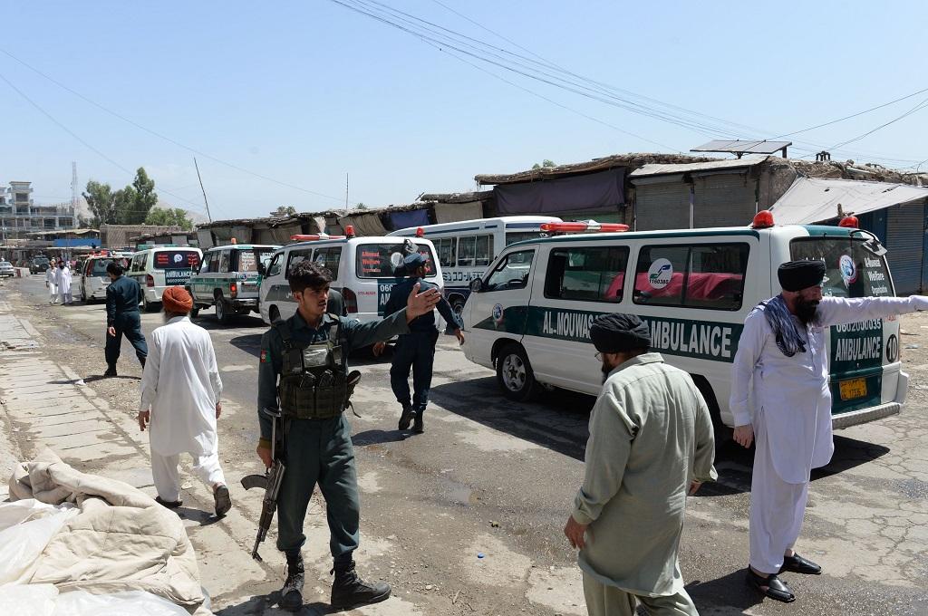 Ambulans mengangkut jasad korban ledakan bom bunuh diri di Jalalabad, Nangarhar, Afghanistan, 2 Juli 2018. (Foto: AFP/NOORULLAH SHIRZADA)