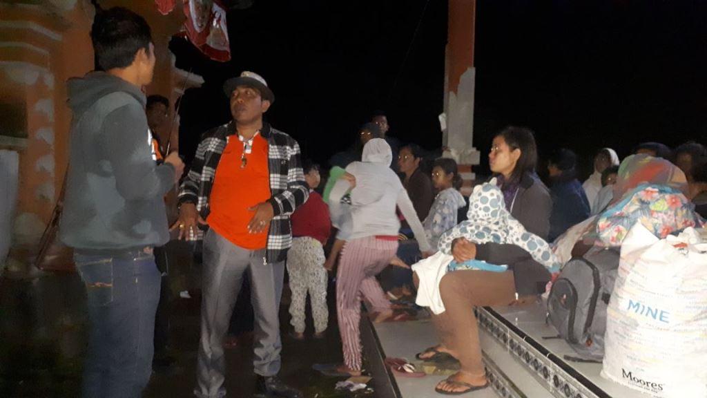 Pengungsi Gunung Agung beraktivitas di Karangasem, Bali. (MI/Rute Suryana)