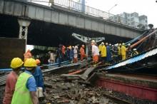 Jembatan di Atas KRL Mumbai Ambruk, Ribuan Penumpang Telantar