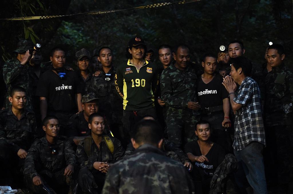 Ayah dari salah satu anak yang terjebak di gua Tham Luang, provinsi Chiang Rai, berterima kasih kepada petugas gabungan, 3 Juli 2018. (Foto: AFP/LILLIAN SUWANRUMPHA)