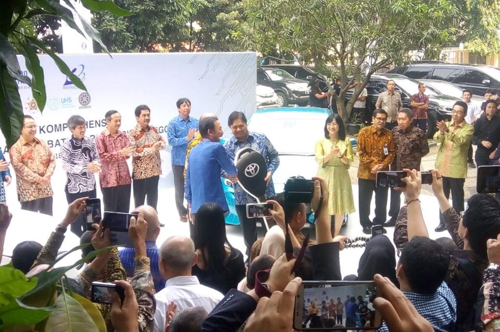Toyota ikut serta untuk melakukan studi mengenai mobil listrik di Indonesia. Toyota