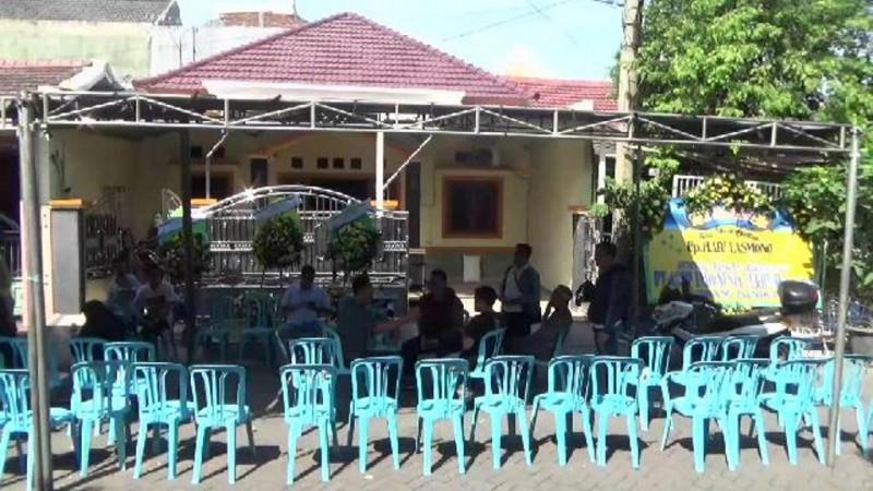 Suasana rumah duka  Hari Lasmono di Sidoarjo, Jawa Timur. (MI/Heri Susetyo)
