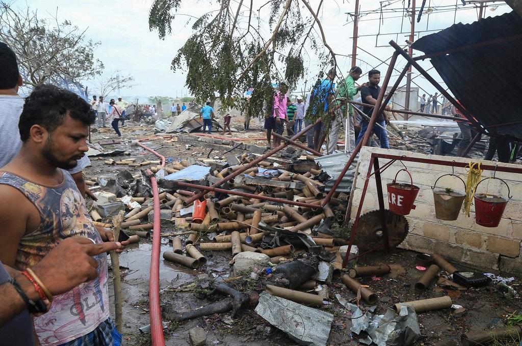 Warga berada di lokasi ledakan pabrik kembang api di distrik Warangal, negara bagian Telangana, India, 4 Juli 2018. (Foto: AFP/STR)