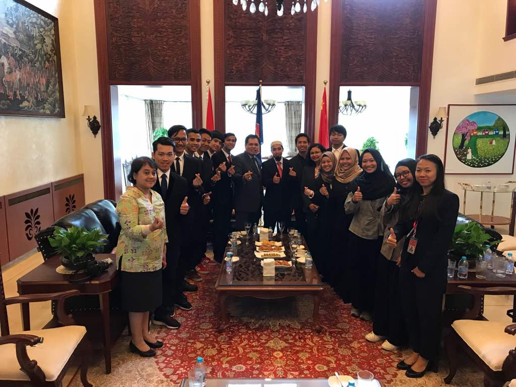 Dubes Tiongkok, Djauhari Oratmangun bersama 13 Lulusan Beijing Institute of Technology (BIT) asal Indonesia.