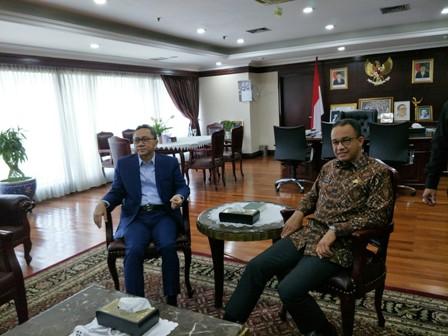 Gubernur DKI Jakarta Anies Baswedan berbatik memenui Ketua MPR Zulkifli Hasan/Medcom.id/Arga Sumantri