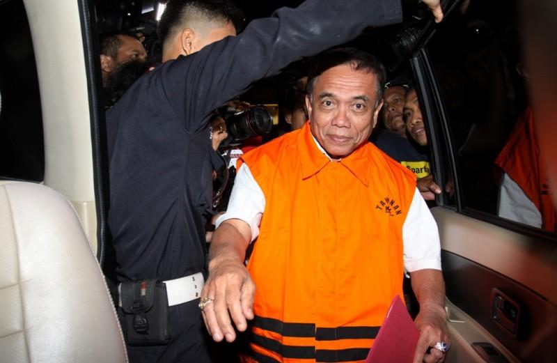 Gubernur Aceh Irwandi Yusuf mengenakan rompi tahanan seusai menjalani pemeriksaan pascaterjaring operasi tangkap tangan (OTT), di gedung KPK, Jakarta, Kamis (5/7). ANTARA FOTO/Reno Esnir.