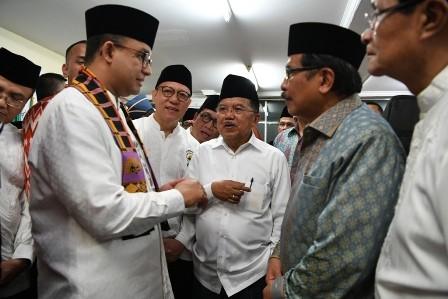 Gubernur DKI Jakarta Anies Baswedan (kiri) berbincang dengan