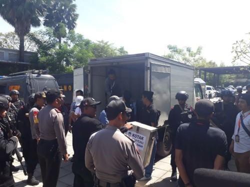 Petugas Polisi menjaga rekapitulasi suara KPU Makassar
