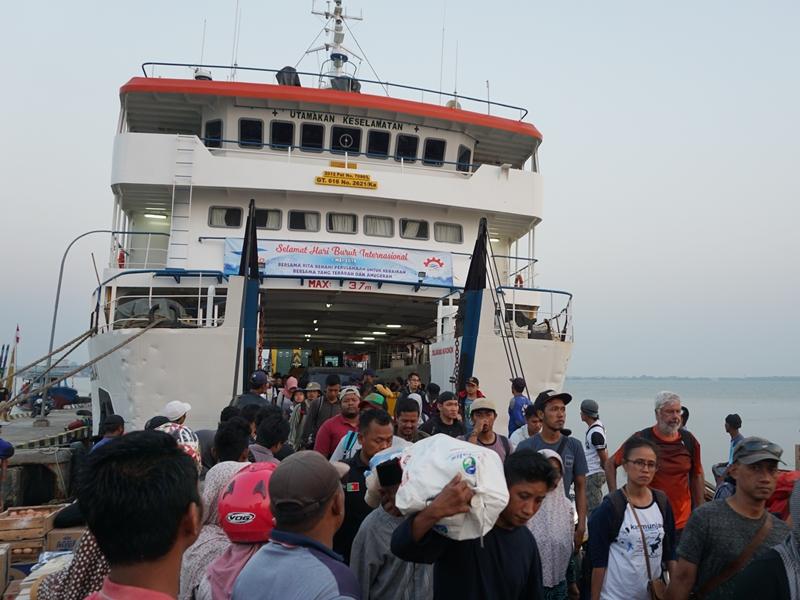 Penumpang turun dari KMP Siginjai di Pelabuhan Kartini, Jepara, Jawa Tengah. Medcom.id/Rhobi Shani
